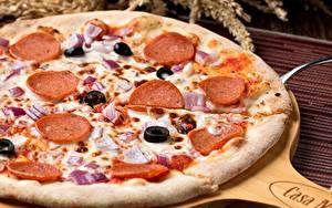 Фото Пицца Крупным планом Колбаса Оливки Еда