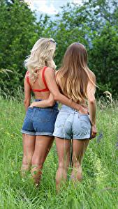 Фотография Cara Mell Вид сзади Траве Шорты Двое Объятие Ягодицы Stefani девушка