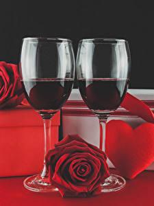 Фото День святого Валентина Вино Розы Бокалы Красные Серце Подарки Продукты питания Цветы
