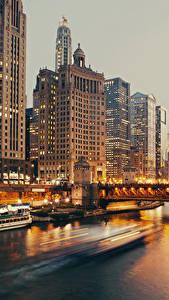 Фотографии США Дома Реки Небоскребы Вечер Причалы Мосты Речные суда Чикаго город Города