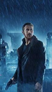 Обои Бегущий по лезвию 2049 Дождь Мужчины Пистолеты Райан Гослинг Кино Знаменитости