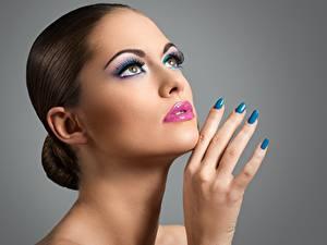 Обои Пальцы Руки Маникюр Мейкап Красивые Сером фоне Девушки