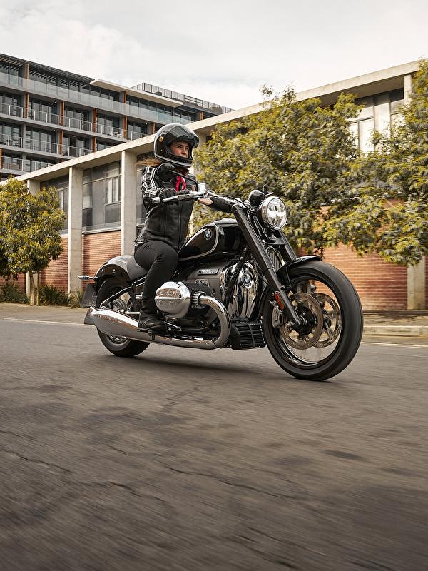 Картинка BMW - Мотоциклы 2020 R18 First Edition мотоцикл молодая женщина едущая Мотоциклист 600x800 для мобильного телефона БМВ Девушки девушка Мотоциклы молодые женщины едет едущий скорость Движение