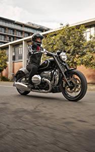 Картинка BMW - Мотоциклы Мотоциклист Едущий 2020 R18 First Edition мотоцикл Девушки