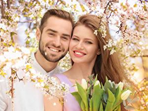 Обои Мужчины Любовь Тюльпаны Двое Улыбается Шатенки Красивые Девушки