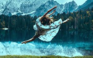 Картинки Шатенка Прыжок Платье Ноги