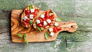 Фотография Сэндвич Бутерброды Хлеб Сыры Томаты Разделочная доска