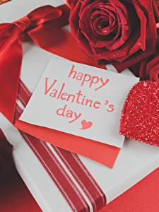 Фотографии День всех влюблённых Розы Английская Красные Сердечко Подарков Бант Красном фоне цветок