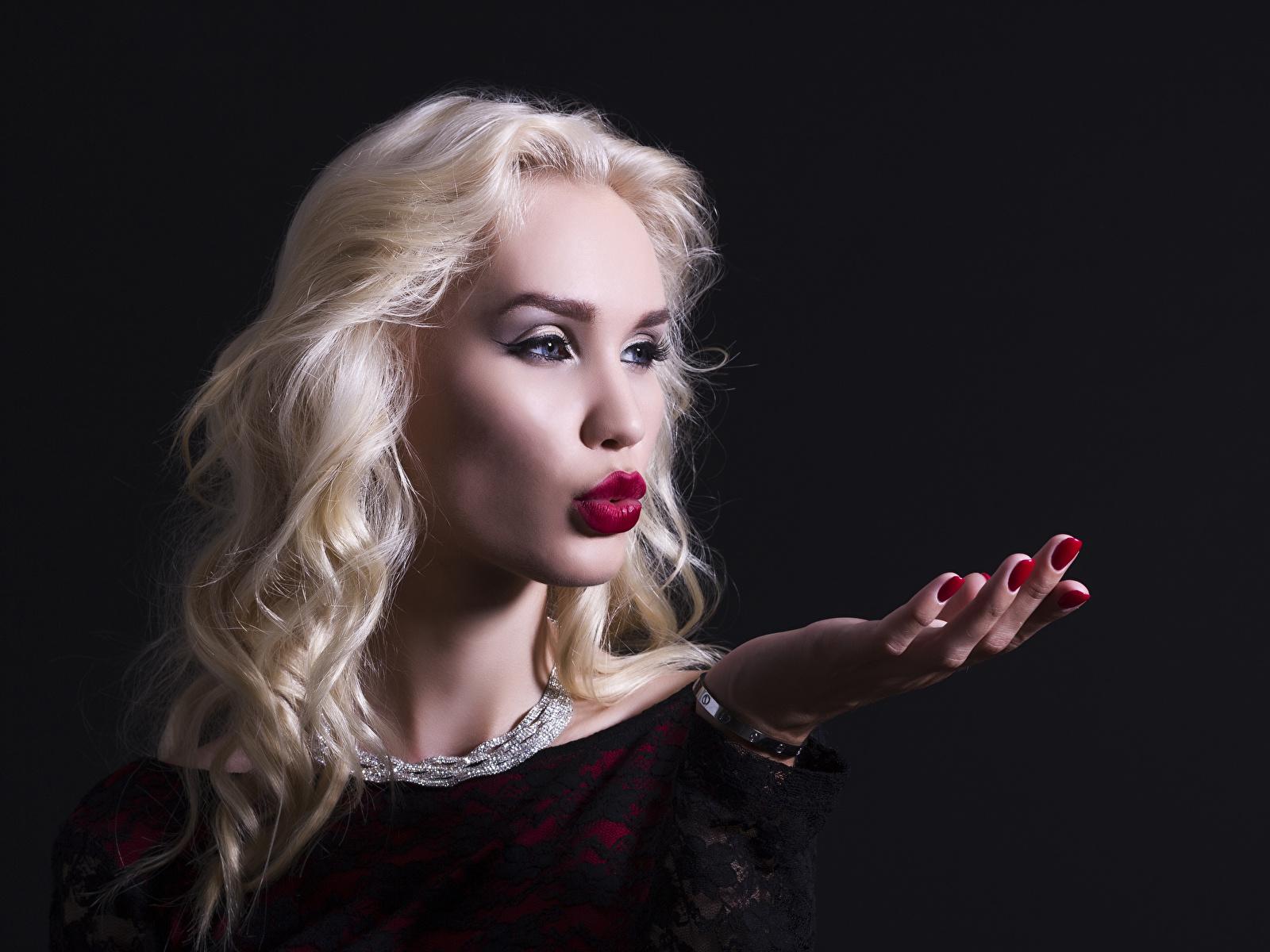 Фотография Блондинка молодые женщины Руки Черный фон Украшения 1600x1200 блондинок блондинки девушка Девушки молодая женщина рука на черном фоне