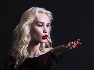 Фотография Украшения Черный фон Блондинка Руки Девушки