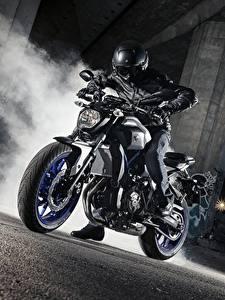Фото Yamaha Мотоциклист В шлеме 2015-17 MT-07