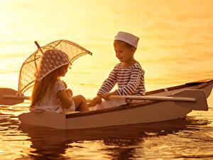 Картинки Рассветы и закаты Лодки Мальчики Девочки 2 Зонт Дети