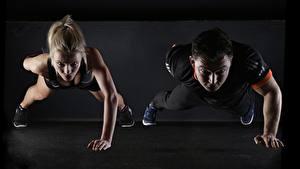 Фотографии Фитнес Мужчины Блондинка Двое Отжимание Спорт Девушки