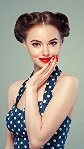 Обои Серый фон Шатенка Взгляд Красными губами Маникюр Руки молодые женщины