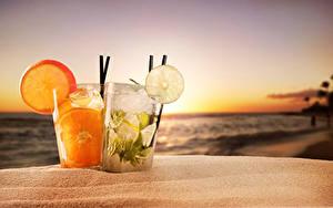 Фотография Рассветы и закаты Напиток Цитрусовые Стакан Двое