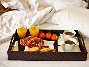 Фото Сок Кофе Мандарины Булочки Завтрак Кровати Стакана Продукты питания