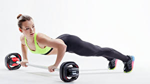 Картинка Фитнес Белый фон Шатенка Физические упражнения Отжимание Спорт Девушки