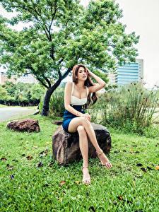 Картинки Азиаты Камень Сидя Ног Смотрит девушка