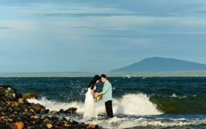 Фотографии Побережье Камни Волны Мужчины Азиаты 2 Невеста Жених Свадебные Природа Девушки