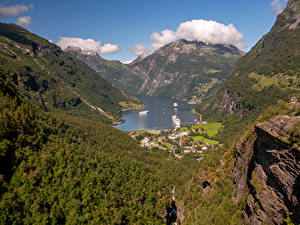Обои для рабочего стола Норвегия Горы Пристань Дома Залив Geirangerfjord Природа