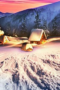 Фото Украина Горы Дома Зимние Карпаты Снега Ели Природа