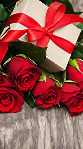 Фото Розы Доски Красных Сердечко Подарки Бант цветок