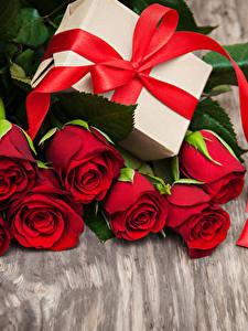 Фото Розы Доски Красных Сердечко Подарки Бантик Цветы