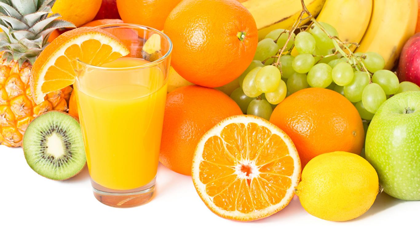 Фото Сок Апельсин Лимоны стакане Виноград Еда Фрукты Белый фон 1366x768 Стакан стакана Пища Продукты питания