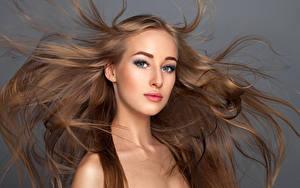 Фотография Серый фон Шатенка Волосы Взгляд Девушки