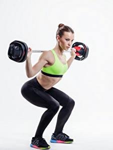 Фото Фитнес Белом фоне Шатенка Штангой Тренируется Девушки Спорт