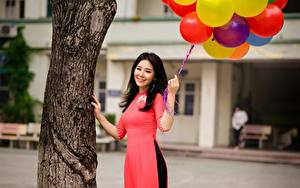 Обои Азиаты Улыбка Красивые Воздушный шарик Брюнетка Ствол дерева Девушки