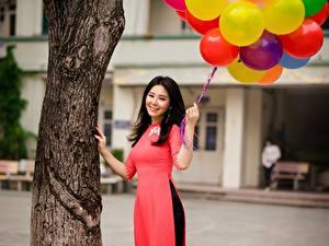 Обои Азиаты Улыбка Красивая Воздушных шариков Брюнетка Ствол дерева девушка