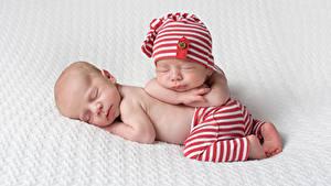 Фото Грудной ребёнок Две Спит Шапки Дети