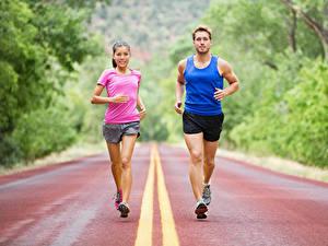 Фотография Мужчины Двое Физическое упражнение Бежит Униформе молодая женщина Спорт