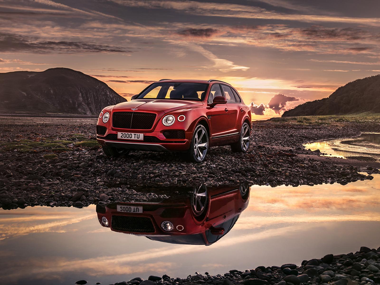 Картинка Bentley 2018 Bentayga V8 Worldwide красных автомобиль 1600x1200 Бентли красная красные Красный авто машины машина Автомобили
