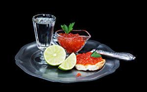 Фотография Морепродукты Икра Бутерброд Водка Лайм На черном фоне Рюмка Пища