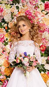 Фотографии Букеты Розы Блондинка Платье Улыбка Невеста Девушки