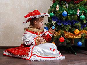 Фото Новый год Праздники Елка Девочки Платье Сидя Шляпе Шарики ребёнок