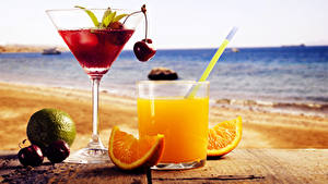 Картинки Напитки Сок Апельсин Вишня Море Стакана Бокалы Вдвоем Еда