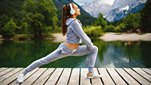 Фото Фитнес Шатенка Физическое упражнение Наушники девушка Спорт