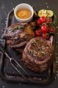 Фото Мясные продукты Томаты Разделочной доске