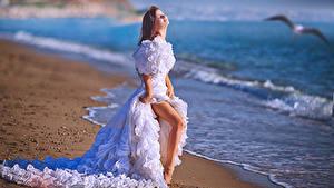 Фото Побережье Невесты Платье Шатенки Ног Девушки