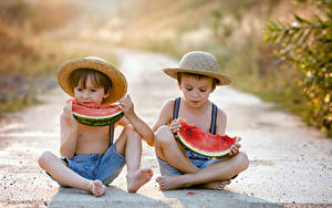 Фото Арбузы Мальчишки Два Сидящие Шляпа Дети