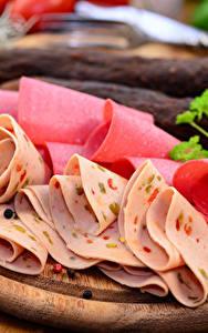 Фото Мясные продукты Колбаса Разделочная доска Нарезанные продукты Пища