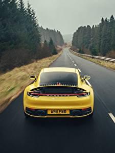Картинки Porsche Дороги Желтые Вид сзади Скорость 911 Carrera 4S 2019 авто