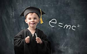 Картинка Школьные Мальчики Униформа Смотрит Очки e=mc2 Ребёнок