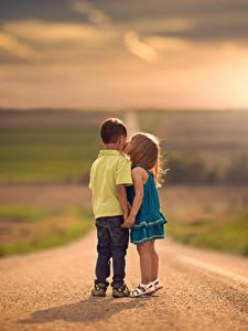 Картинки Дороги Боке Двое Поцелуи Мальчик Девочка Дети
