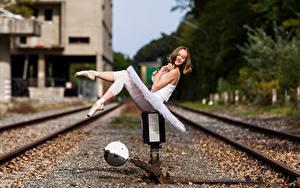 Фотографии Рельсах Сидящие Улыбка Ног Балет Размытый фон Anastasia девушка