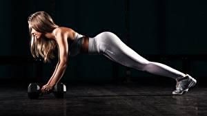 Фотография Фитнес Ноги Отжимается Гантель Шатенка Тренировка На черном фоне Девушки