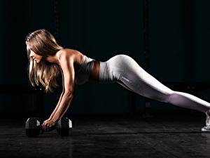 Фотография Фитнес Ноги Отжимается Гантель Шатенка Тренировка На черном фоне спортивные Девушки